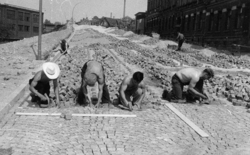 Pflastern der Greizer Strasse in Reichenbach um 1960